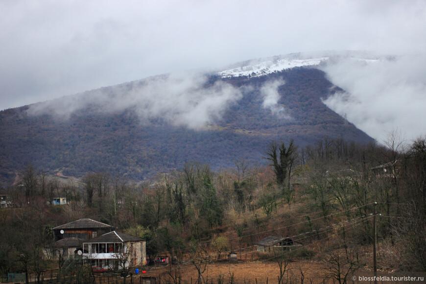 Зимой кое-где лежит снег. А иногда капает дождь.
