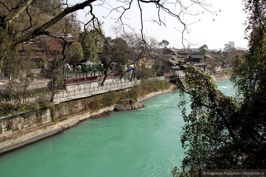 февраль, а все зелено, и листва, и вода, и небо