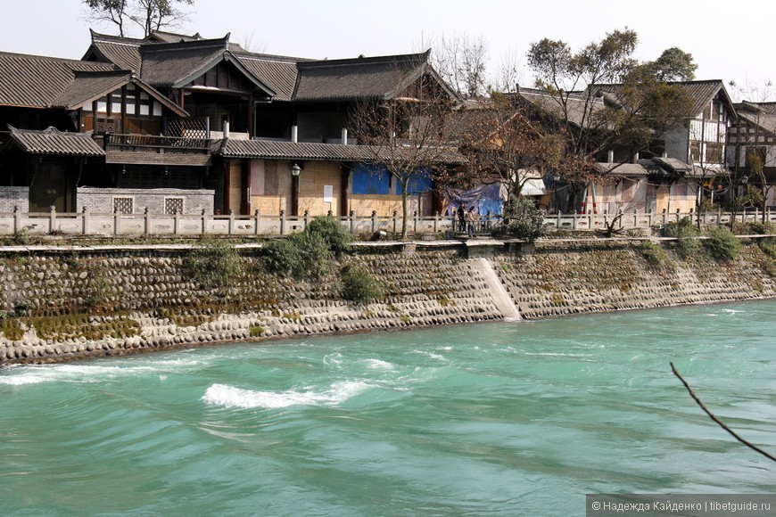 вдоль реки домики с ресторанами, чайными, кафе,  здесь приятно отдыхать и расслабляться под шум реки Миньцзян