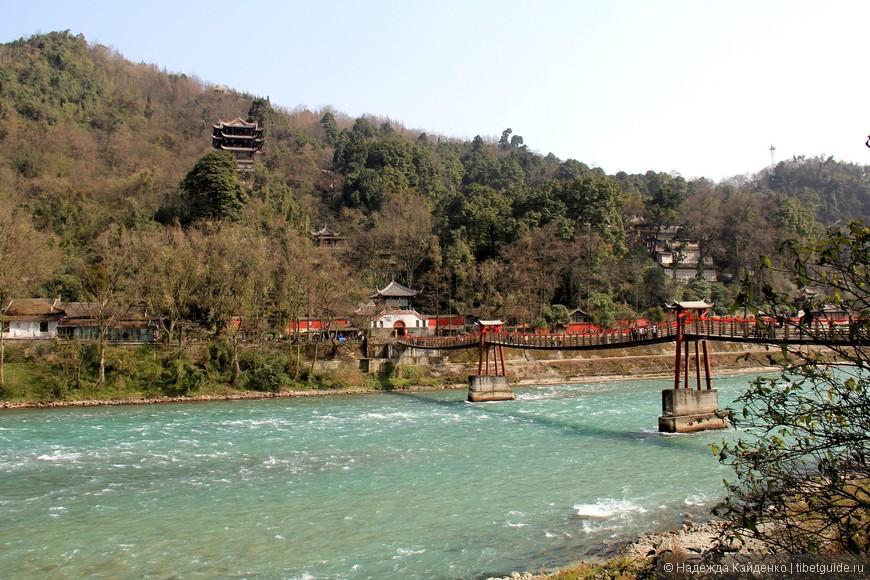 по ту сторону реки даосские храмы