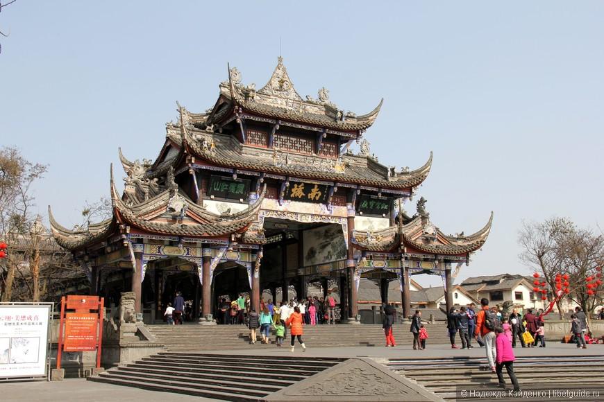 Наньцяо - Южный мост, ведущий на традиционную улочку всего китайского в Дуцзянянь
