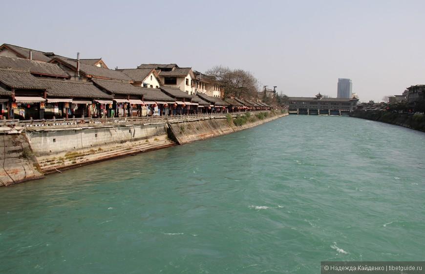 а в дали уже виднеется современный город Дуцзянянь