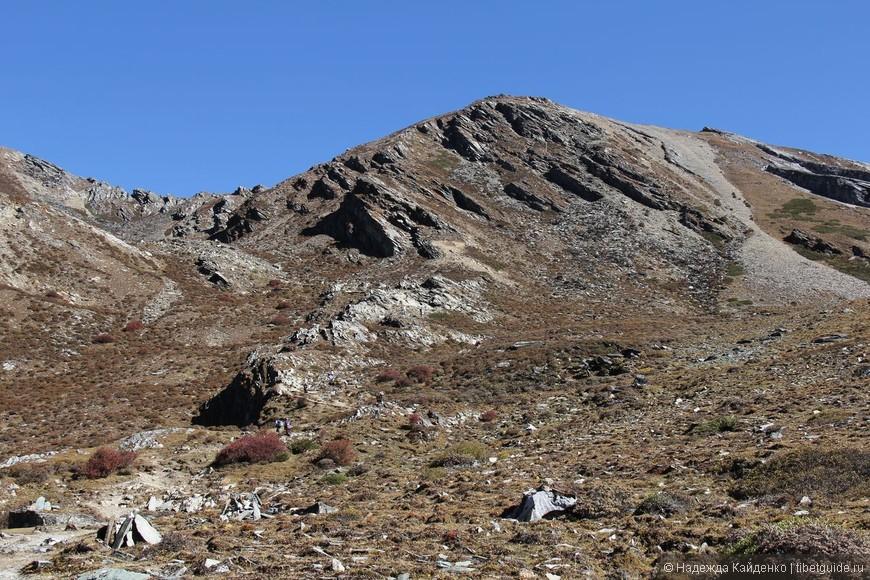 на фото кажется, ничего особенного, на самом деле это местами очень крутой склон, некоторые поднимались сюда несколько часов, присмотритесь, видите маленьких человечков?