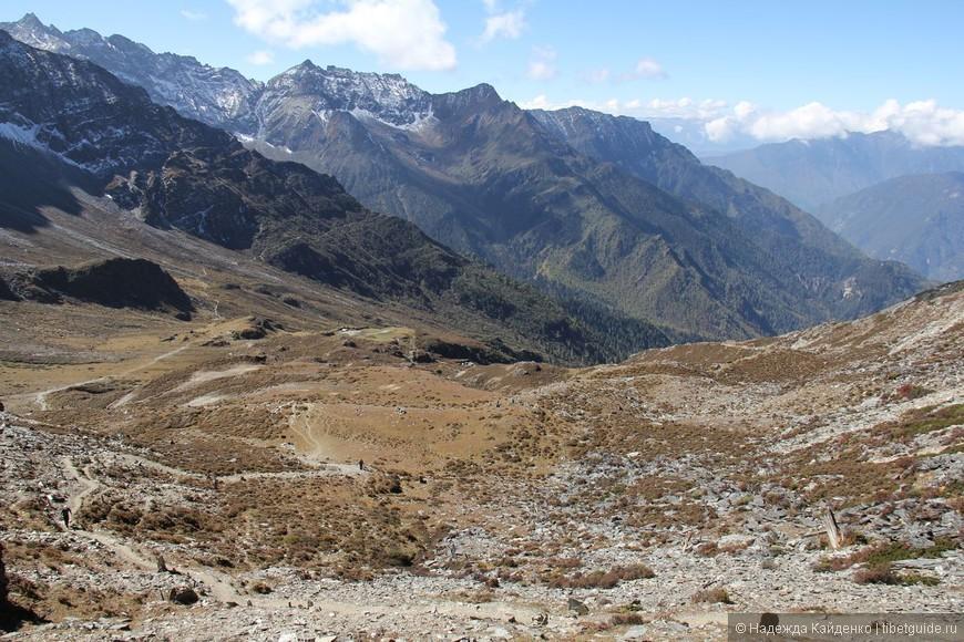 вид на Долину Ада, осталось совсем чуть-чуть, подняться на перевал и покинуть место сложных тяжелых энергий, это как на перевале Зеленой Тары на Кайласе, после вершины перевала начинается новое символическое рождение души. Каждая кора вокруг священной горы, верят тибетцы, это целая жизнь для души, идет ускорение отработки кармы и тем самым ее улучшение.
