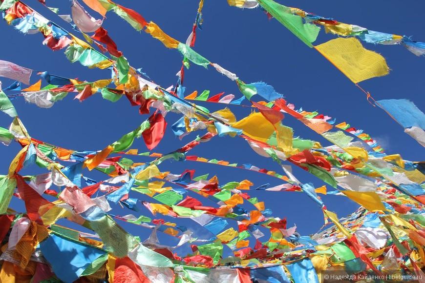 Молитвенные тибетские флаги - всегда на перевале!