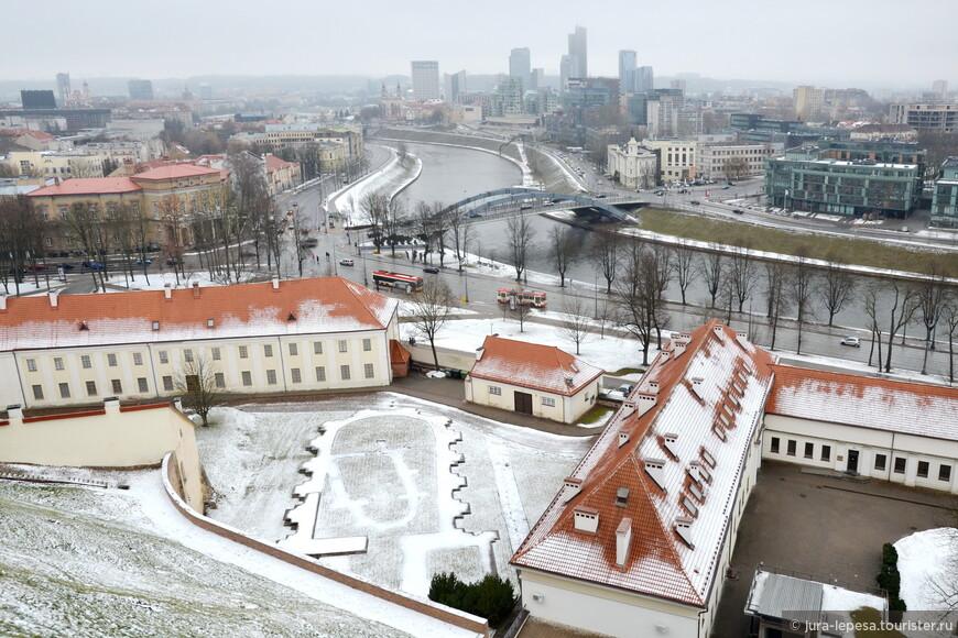 Мост четко делит Старый город и современные постройки.