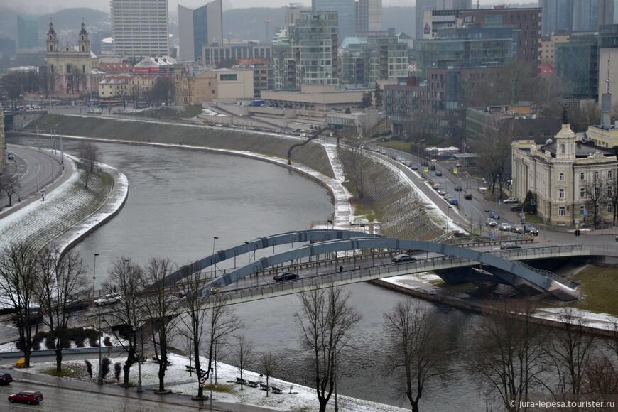 Пересекая мост в сторону города, попадаешь в обычные советские районы.