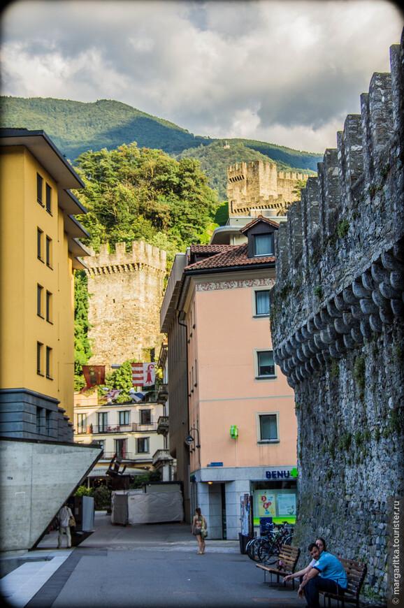 Замок Кастельгранде (Castlegrande) — часть уникального защитного комплекса вокруг города Беллинцона. Он соединен крепостной стеной с замками Sasso Corbaro и Монтебелло. Начало сооружения замка относятся к первому веку до новой эры, это оборонительное сооружение использовалось для размещения войск Римской Империи.  За прошедшие тысячелетия замок неоднократно перестраивался. Сейчас здесь находятся археологический и художественный музеи. В 2000 году замок Кастельгранде был включен в список всемирного наследия Юнеско.