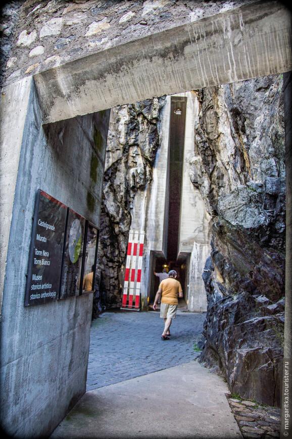 С площади piazzetta Della Valle к подножию замка ходит удобный современный подъёмник - лифт, который быстро доставит вас наверх.