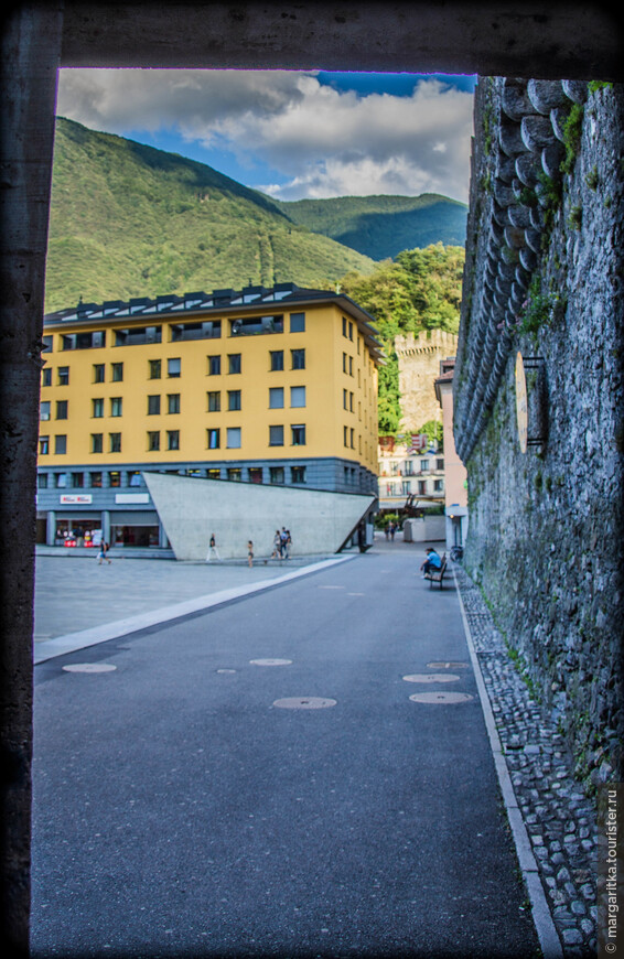 вид на piazzetta Della Valle от входа в ресторан и к лифту на верх во внутреннюю часть замка