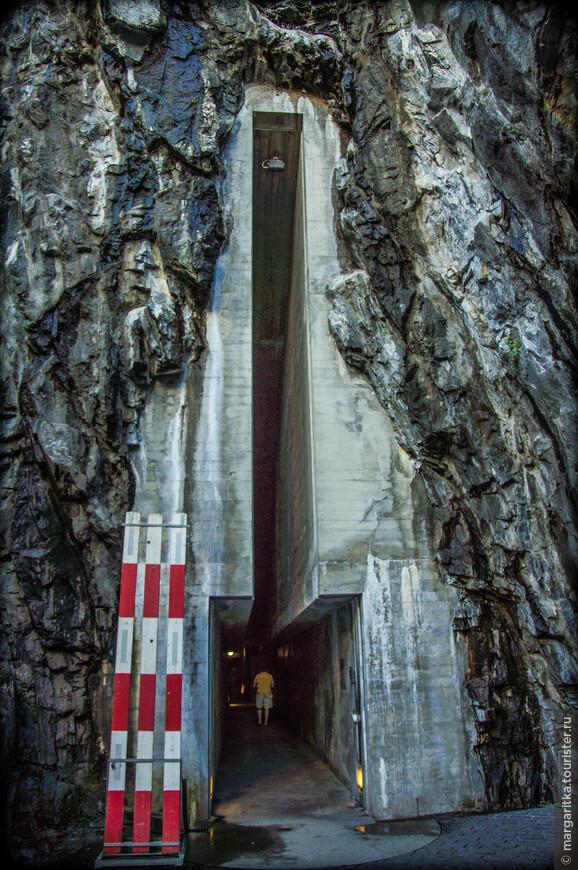 лифт встроен внутри скалы