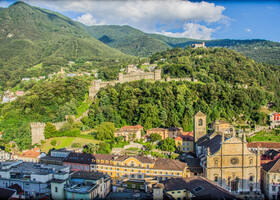 вид со стен замка на старый город и оборонительную стену, ведущую к двум другим замкам - Монтебелло (Castello di Montebello) и Сассо Корбаро (Castello di Sasso Corbaro)