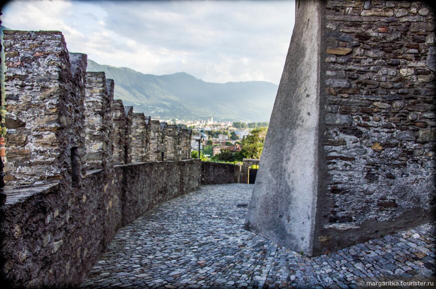 Высокая крепостная стена, завершающаяся зубцами, разделяет пространство замка на три части: центральный внутренний двор, западный и северный внешние дворы.