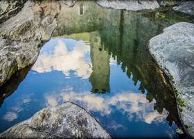 отражение башни в водах приудика у своего основания
