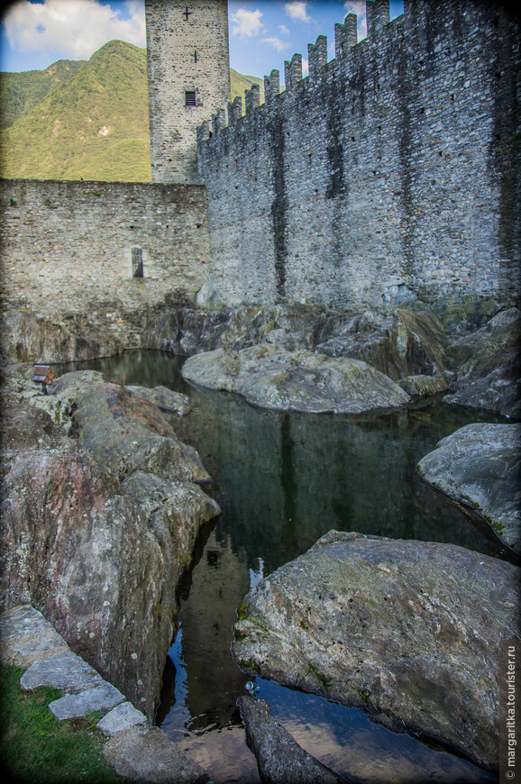 в скале, на которой выстроена одна из башен замка все чремя собирается дождевая вода, создавая, небольшой природный прудик