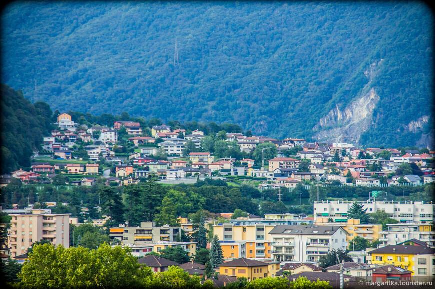 Столица кантона Тичино на юге Швейцарии - город трех замков. В связи со своим стратегическим положением на пороге и у разветвления  сразу на два стратегически важных перевала через Альпы - Сен-Бернар и Сен-Готард, Беллинцона долгое время была яблоком раздора между миланской аристократией и Швейцарией. Однако в начале 16 века город прочно вошел в Швейцарию, а последующий договор закрепил неизменность границ.  История отразилась на городском пейзаже в виде обилия мощных средневековых оборонительных укреплений.