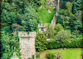 С 1242 и по донца XIV века Беллинцона входила в состав владений миланских герцогов, которые построили поперек долины Тичино длинную стену, - мышь не проскочит, не заплатив пошлину! - они  же перестроили и возвели новые укрепления. Три средневековых замка, охранявшие долину Тичино, - Кастельгранде, Монтебелло и Сассо Корбаро стоят до сих пор и составляют главную достопримечательность Беллинцоны
