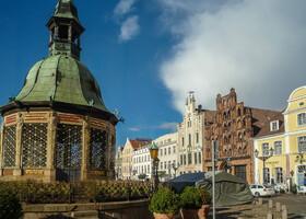 Одно из самых известных сооружений на Рыночной площади - Wasserkunst, Вассеркунст. Вообще-то не что иное, как водокачка, построена в 1580 году в стиле голландского ренессанса.