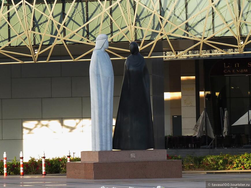 """Сульптурная композиция """"Вместе"""" главный национальный памятник в Дубае. Посвящен местным жителям - мужчине и женщине в национальных одеждах. Находится рядом с Бурдж Халифой."""