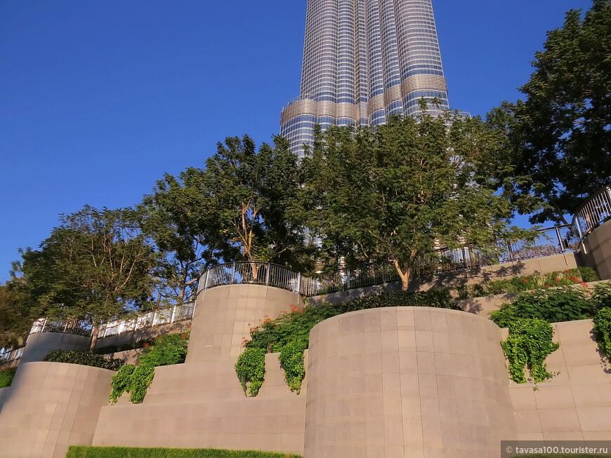 Так же с юга находится сквер, где обитатели башни могут отдохнуть и позаниматься спортом. К сожалению, мы туда не попали, охрана работает отлично.