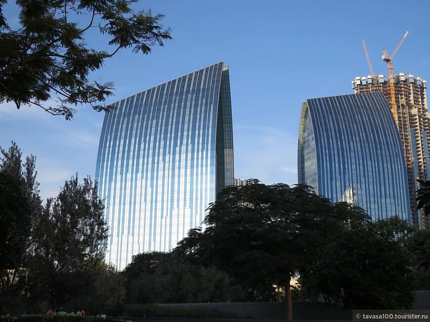 Офисные здания Boulevard Plaza рядом с башней.