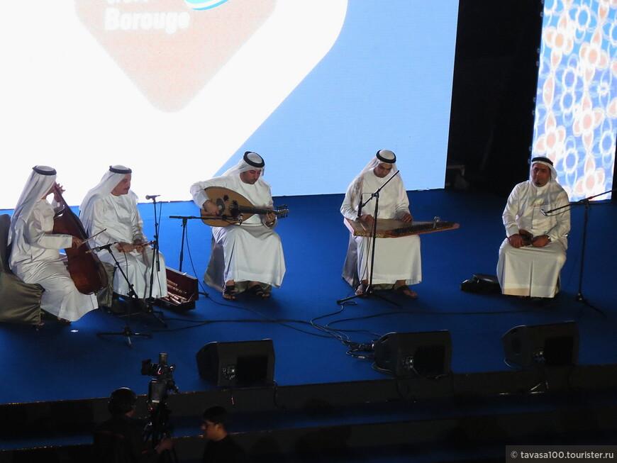И арабская музыка сопровождала этот ужин.
