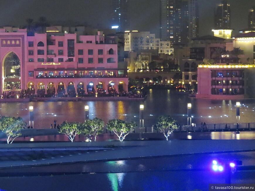 За 5 минут до начала шоу фонтанов на озере начинается движение огней.