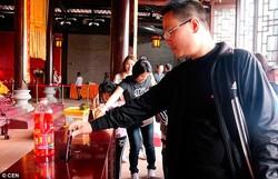 Турист из Китая обидел буддийских монахов, пожертвовав им iPhone 6