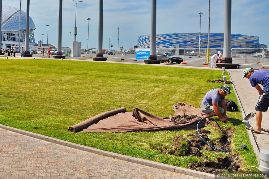 07. Рабочие переделывают недавно сделанный газон, прокладывают новые трубы, для чего? Не известно никому.
