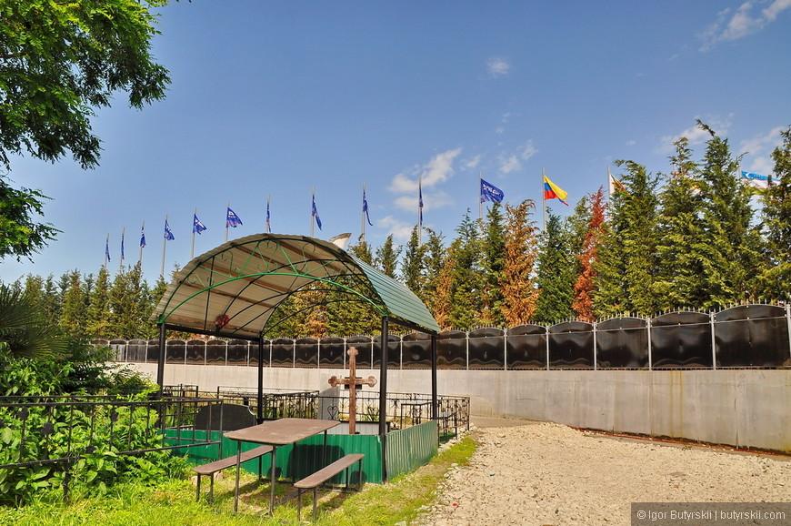 18. От гостей олимпиады кладбище скрыли плотным забором, вход перекрыли, а внешне спрятали огромными цветными баннерами.