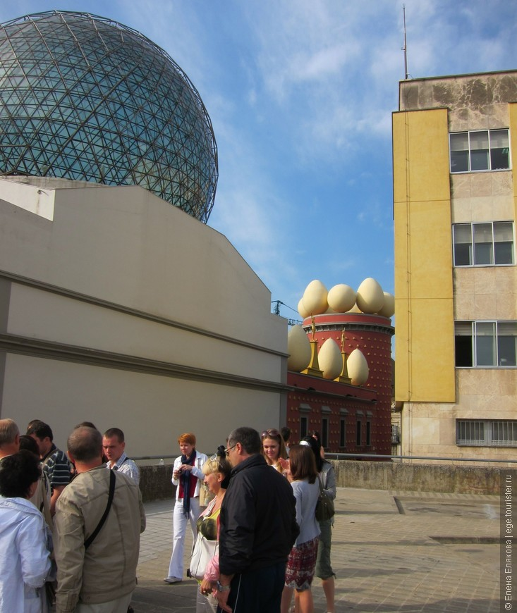 Театр-музей Дали, создание начато в 1961 г. , открытие в 1974 г. Прозрачный многогранный купол Эмилио Переса Пинейро - символ театра-музея и всего Фигераса, родного города художника. Здание кирпичного цвета - новое крыло музея, это старинный дом Горгот (последний приют художника) с башней Галатеи, оформленные элементами в форме яиц, которые символизируют для Дали рождение, а яичница ассоциируется с внутриутробными воспоминаниями.