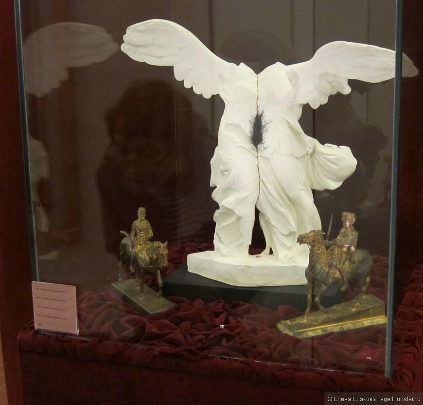 """Зал """"Рыбные лавки"""" - Инсталляция скульптура Лилит: посвящение Раймонлу Русселю"""" (1966 г.) со сдвоенной фигурой """"Ники Самофракийской"""". Писатель Руссель оказал сильное влияние на сюрреалистов."""