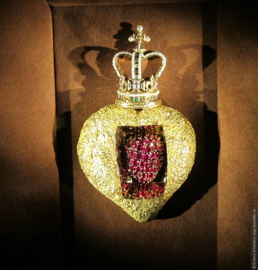 """Коллекция ювелирных изделий Дали - """"Королевское сердце"""" (1953 г.)  изделие имеет электронное устройство, от которого рубины пульсируют. """"Пульсирующие рубины олицетворяют королеву, чьё сердце всегда бьется ради её народа"""" - С.Дали"""
