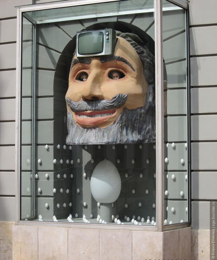 """Вокруг театра-музея. Инсталляция Дали - гигантская голова с телевизором во лбу, дополняющая скульптуру Вольфа Фостеля """"Телевизионный обелиск"""", включающий 14 телевизоров (тоже расположен около музея."""