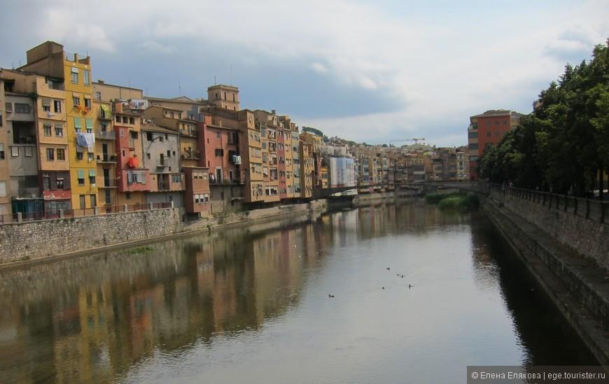 Жирона (кат. Girona) — в Каталонии, центр одноимённой провинции Жирона. Хорошо сохранившееся со времён средневековья исторический центр города привлекает в Жирону значительное количество туристов. Жирона расположена в стратегическом месте, на пути римской дороги «Via Augusta», в районе слияния четырех рек: Тер (Ter), Гуэль (Guell), Гальигантс (Galligants) и Оньяр (Onyar). Благодаря своему стратегическому положению, город был богат, но постоянно подвергался нападениям и многократно переходил из рук в руки.