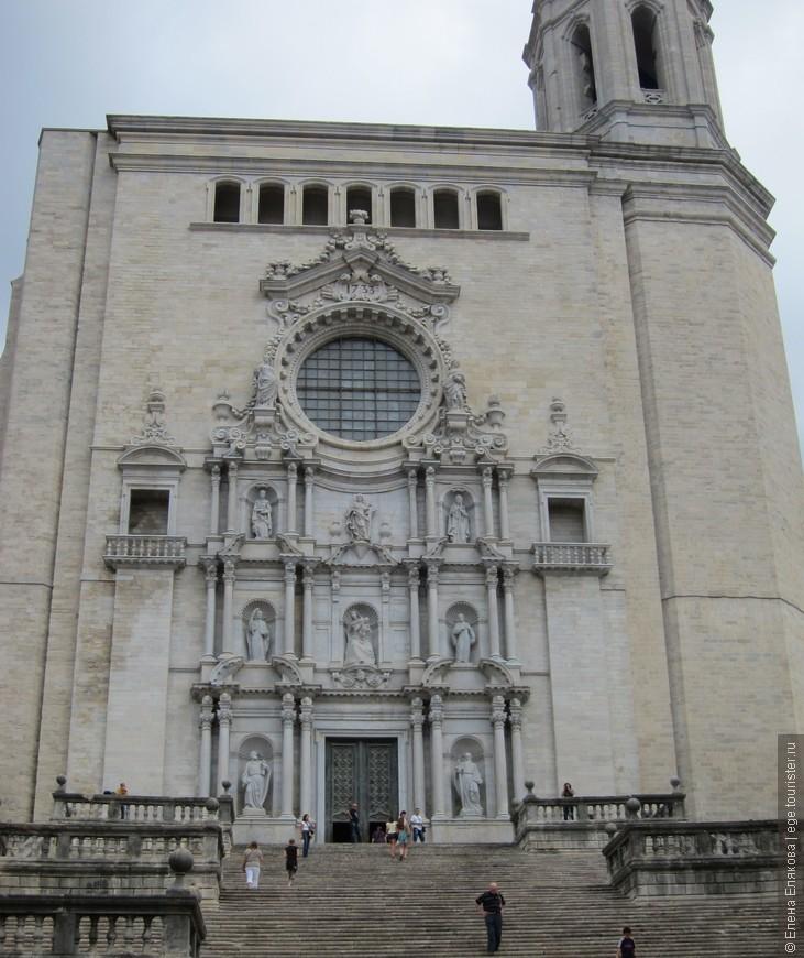 Кафедральный собор Жироны являет собой величественное здание, строительство которого было начато в 1312 году на месте романской усыпальницы X-XI веков. Еще раньше в этом месте находилось вестготское захоронение VI века, а еще ранее — римское святилище Аполлона. Свой нынешний вид в стиле каталонского барокко собор приобрел в XVII веке.