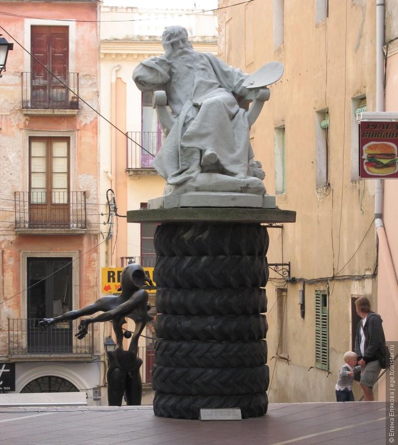 Вокруг театра-музея. На переднем плане скульптура того же художника Мейсонье только уже с мольбертом в левой руке, за этой скульптурой - скульптура «Памяти Ньютона» Сальвадора Дали, находящаяся на спуске на улицу Жонкера. Эта необычная композиция посвящена великому ученому и силе тяжести, которую он открыл. Своей скульптурой Дали постарался прославить Ньютона и его открытие, которое повлияло на дальнейшее развитие науки и расширило понимание законов физики. Важным элементом скульптуры является яблоко, падение которого, как утверждает предание, и натолкнуло Ньютона на великое открытие. Дали же расширил значение фрукта, соединив во едино яблоко Ньютона и то, что послужило соблазном для Адама и Евы. Отверстие в теле фигуры скульптуры символизирует открытость и чистосердечность, а в голове - восприимчивость и объективность.