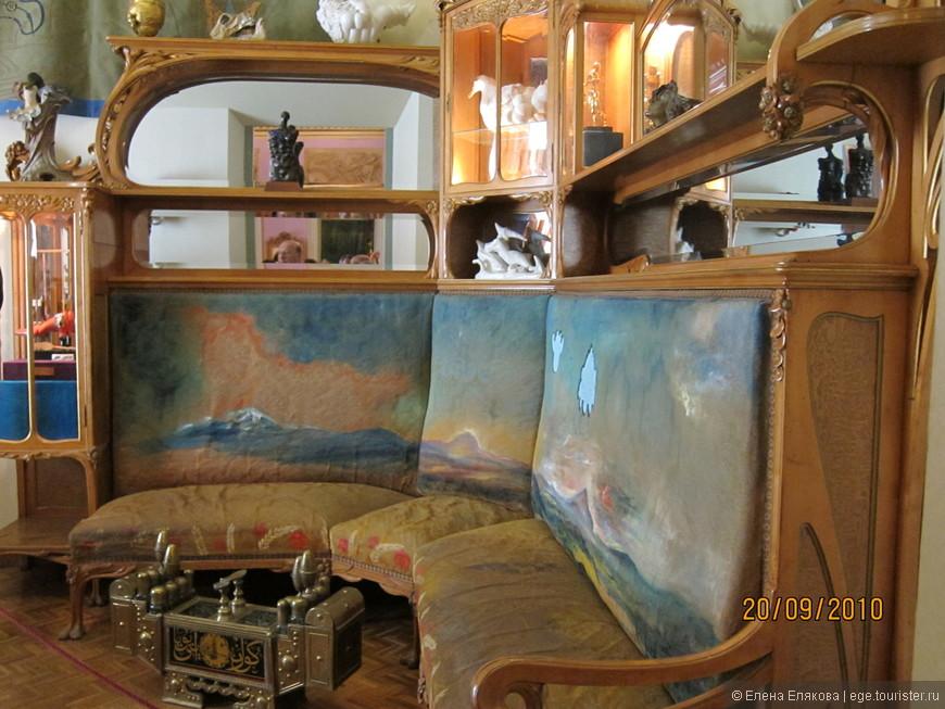 Спальня - диван с пейзажем Ампурдана  (один из живописных районов Каталонии).