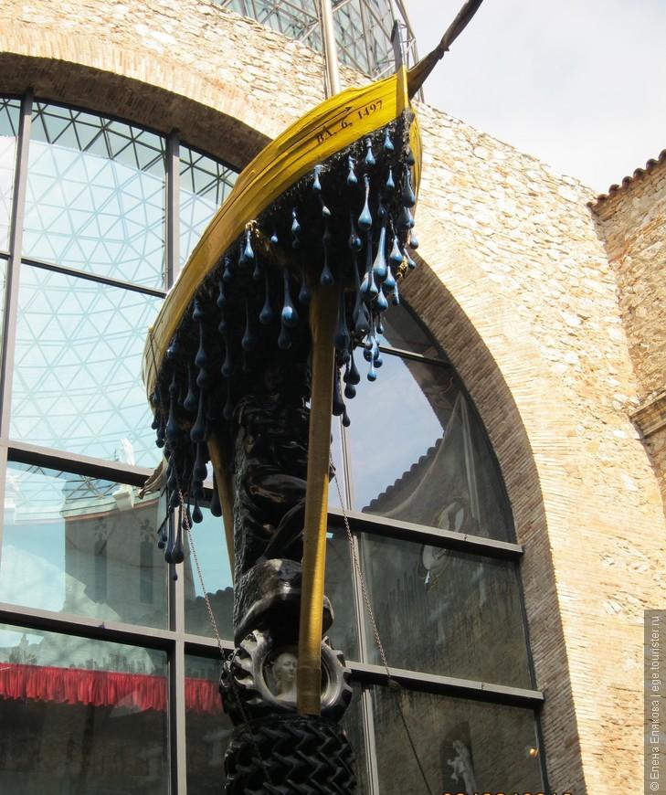 """Двор театра-музея. Лодка Гала, поддерживаемая костылями и """"далинизированным"""" """"Рабом"""" Микеланджело."""
