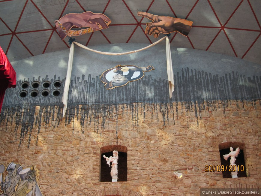 """Зал под прозрачным куполом - над  Лабиринтом руки из """"Сотворения мира"""" фрески Микеланджело, которого Дали считал своим учителем."""