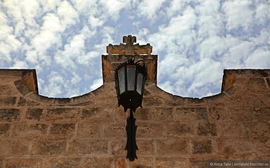 Название города связано с мальтийским словом «melh», «соль», которую здесь выпаривали.
