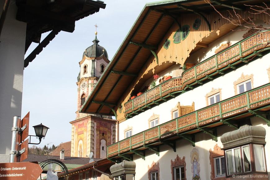 Резные балкончики и ставни еще больше украшают дома.