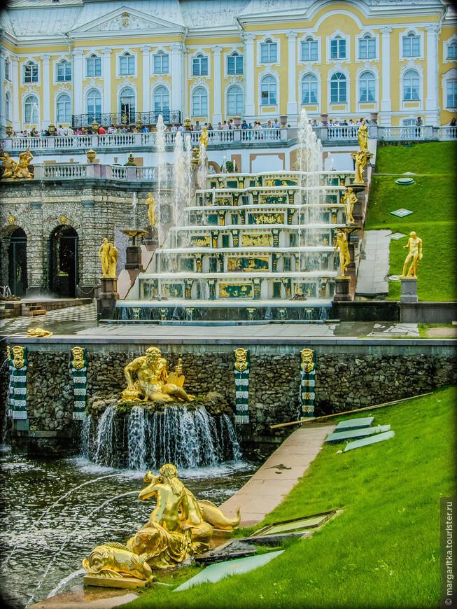 Большой каскад, составляющий единую композицию с Большим дворцом, состоит из 64 фонтанов и 255 бронзовых статуй.