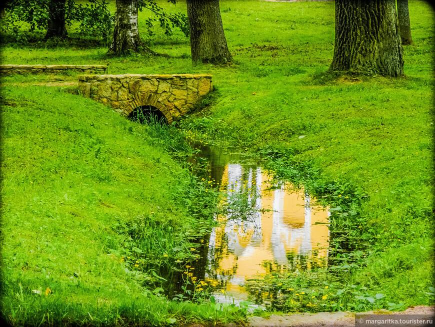мосточки, отркжения в канавках, по которым подаётся и отводится вода к/от фонтанов  Монплезирского сада