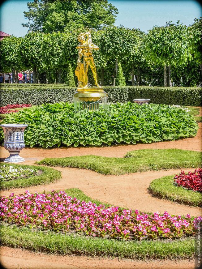 """Монплезирский сад. Фонтан """"Колокол """". Статуя Фавн с козленком."""