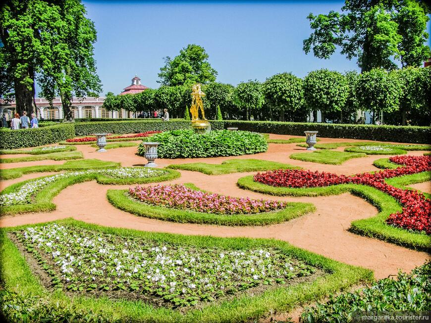 Монплезирский сад и его фонтаны были созданы одновременно в 1723 году архитектором Микетти, садовым мастером Гарнихфельтом, фонтанным мастером Суалемом. Южный фасад Монплезира обращен к уютному Монплезирскому саду. Аллеи делят сад на четыре симметричные прямоугольные части с одинаковыми узорами цветников. Средняя часть каждого цветника акцентирована золочеными бронзовыми статуями Аполлона, Вакха, Фавна с козленком, Психеи.