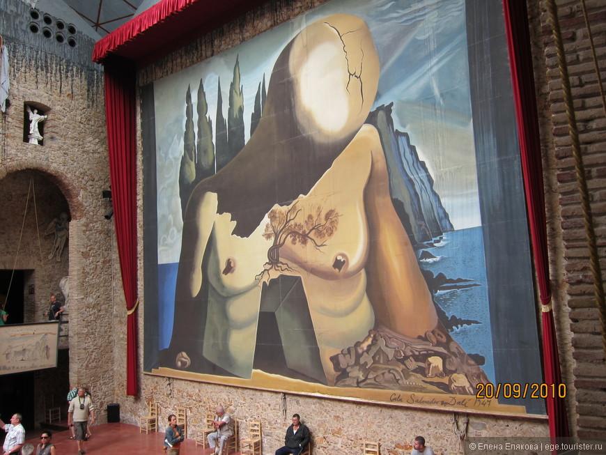 """Зал под прозрачным куполом - копия задней части сцены, созданной Дали к своему балету """"Лабиринт"""" (1941 г.)"""