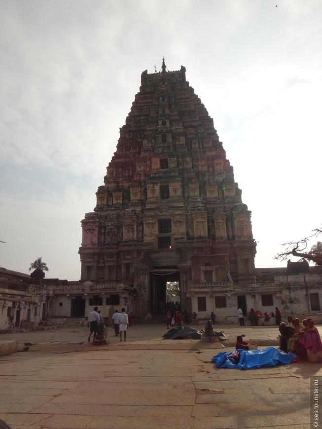 храм Вирупакши — индуистский храм, посвящённый богу Шиве, дата основания не позднее 7 века, расположен недалеко от места куда приходят автобусы