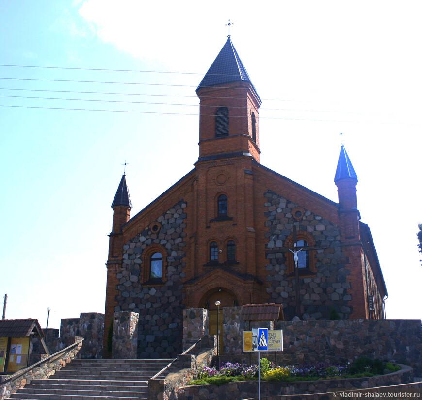 Костёл Рождества Божьей Матери стоит на небольшом возвышении. Раньше в XV веке располагался первый деревянный католический храм. Нынешнее здание костела построено а 1897 году из камня и красного кирпича. Главный фасад украшает трёхъярусная башня. завершённая шатром.