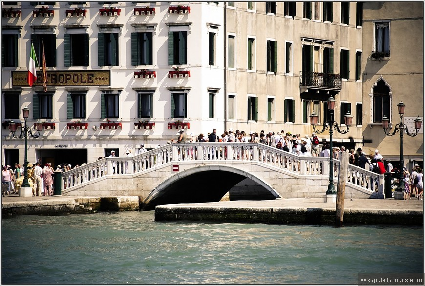 Венеция тонет со дня своего основания. Хотя темпы оседания удалось снизить после введения запрета на забор грунтовых вод, но скорость повышения уровня Мирового океана  продолжает расти...